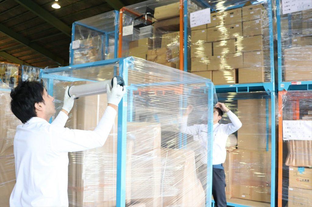 自社大型保管倉庫内の保管ラック格納作業