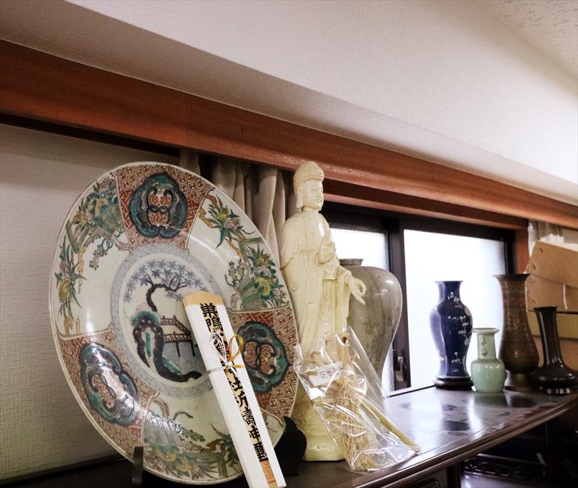 仏像と飾り皿