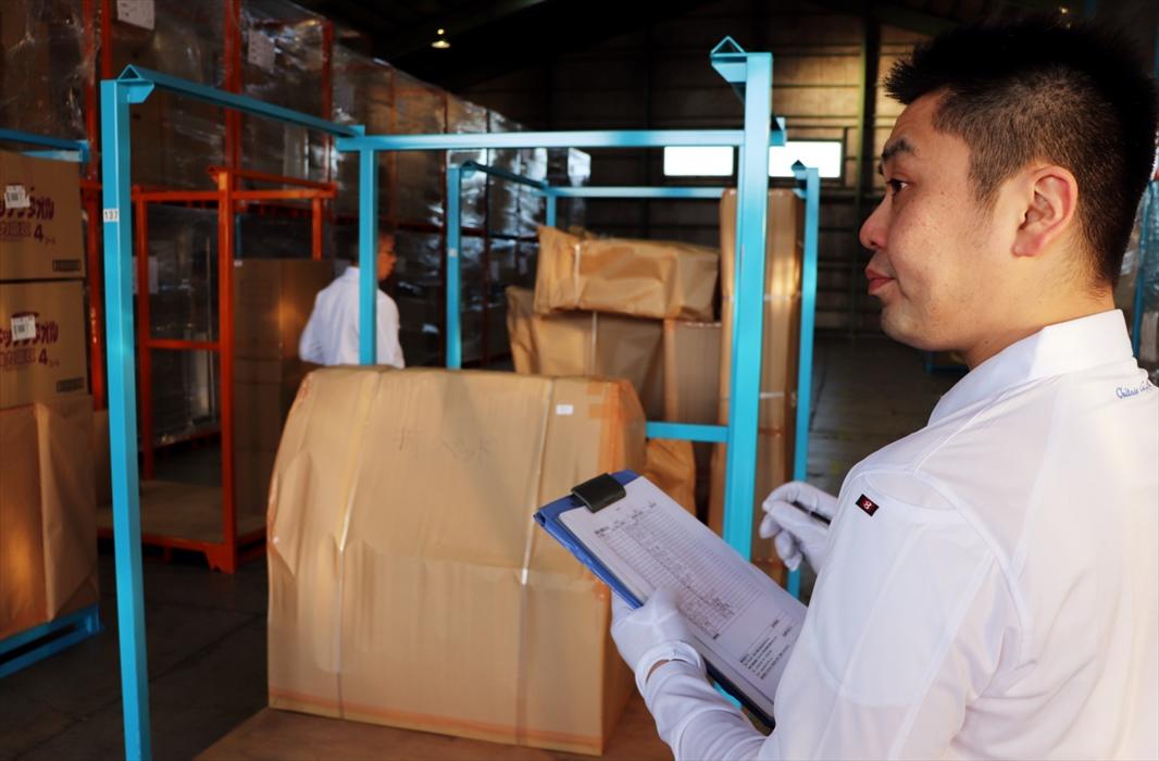 倉庫内で入出庫確認作業をするスタッフ