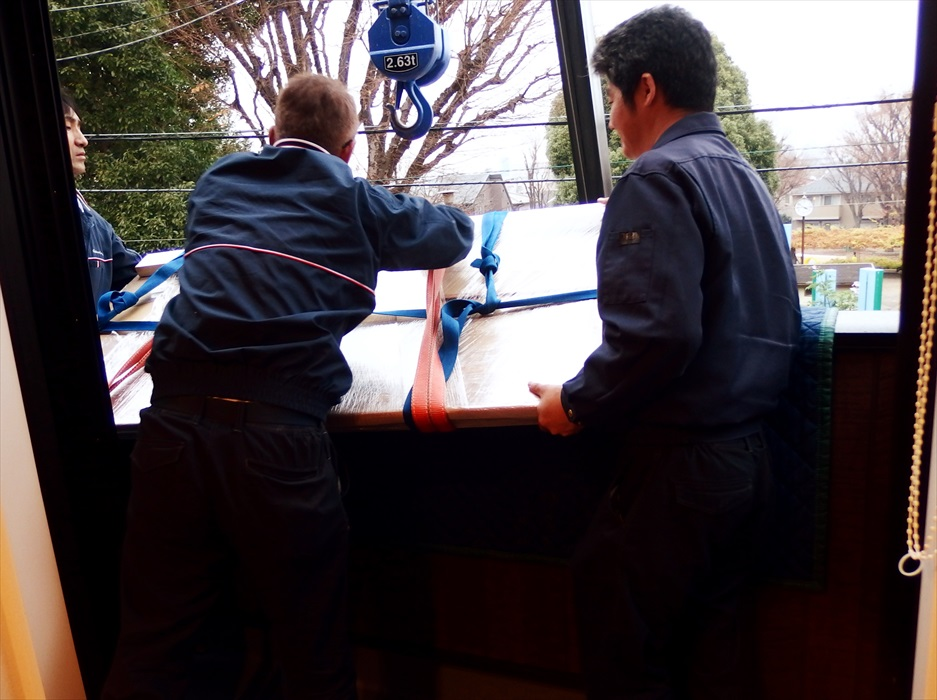 御影石ダイニングテーブル吊り上げ.3