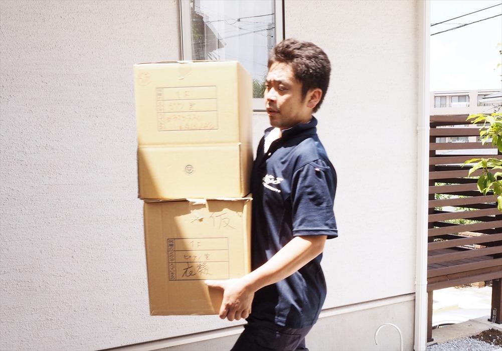 搬入作業をするスタッフ