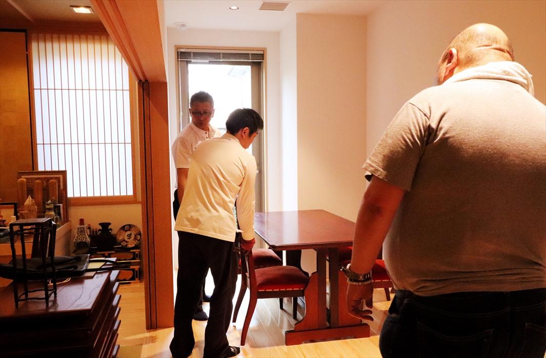 お客様に置場を確認しながら家具を設置するスタッフ