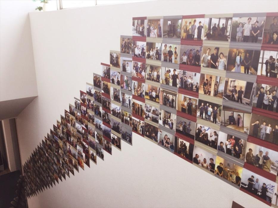 壁に貼られた写真.2