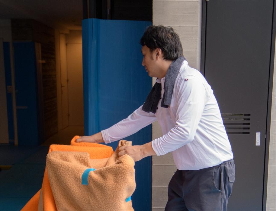 荷物を運び込む作業リーダー