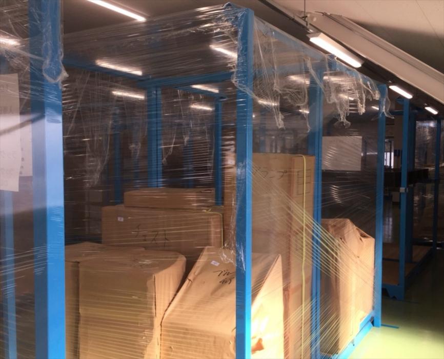保管倉庫に格納されたフロアランプ.1