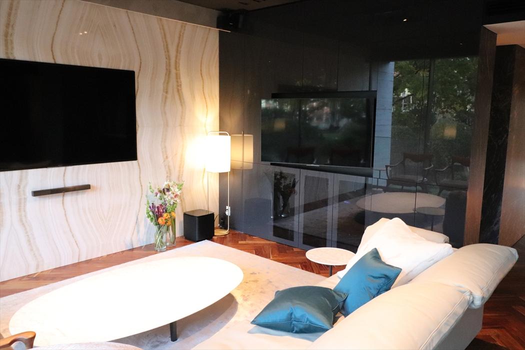 室内に置かれたParachilna(パルチルナ)Alistair(フロア照明)とブランド家具