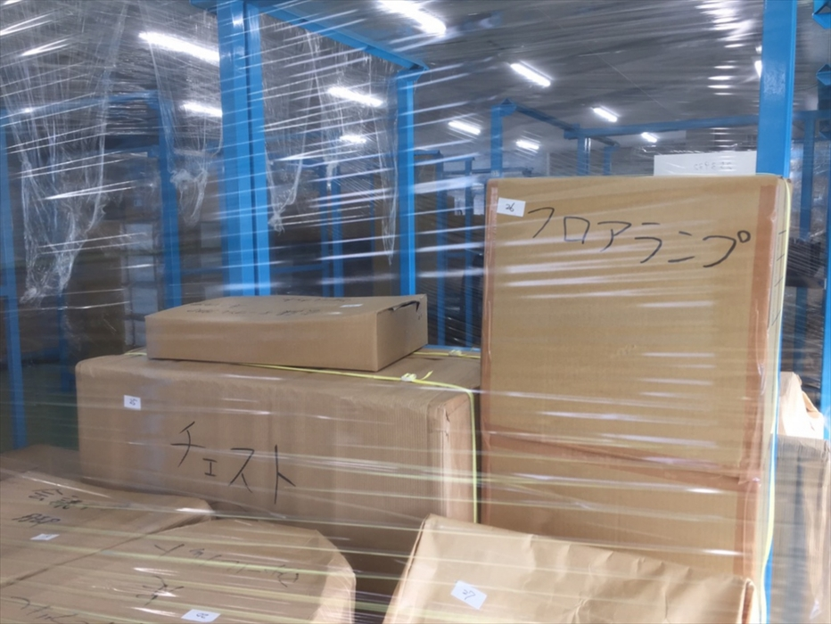 保管倉庫に格納されたフロアランプ.2