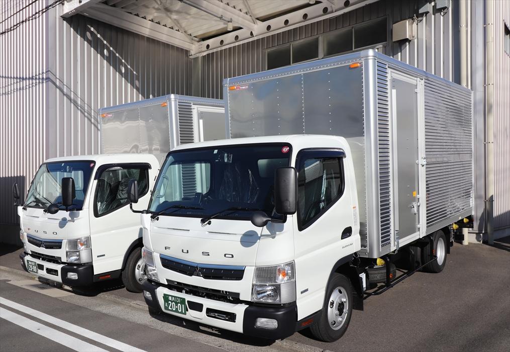 本社保管倉庫前に納車された新トラック
