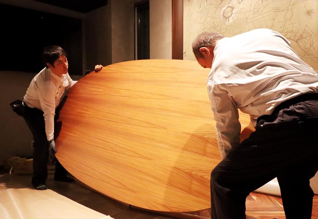 オーバルテーブルを梱包の際裏返す.2