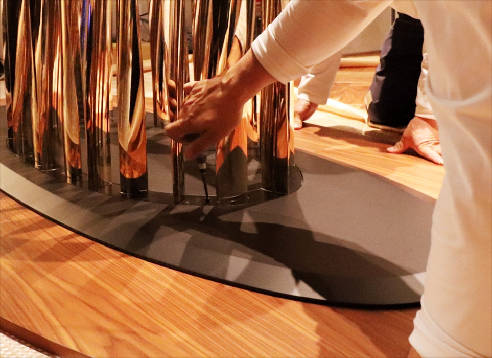 オーバルテーブルの分解作業