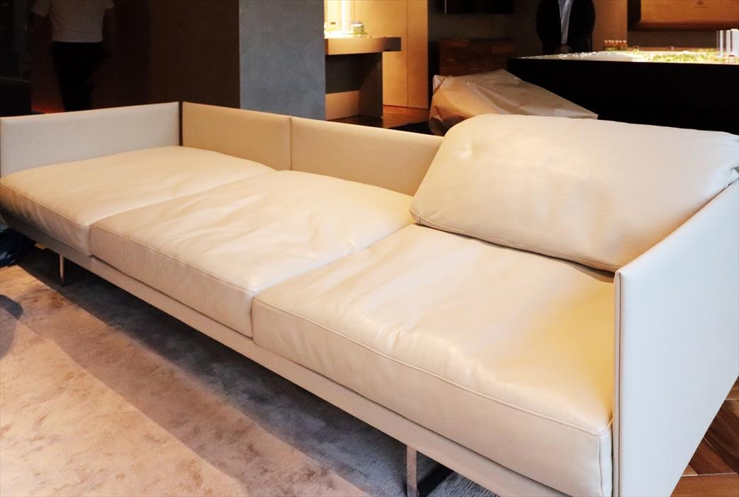 掃除する前のソファ