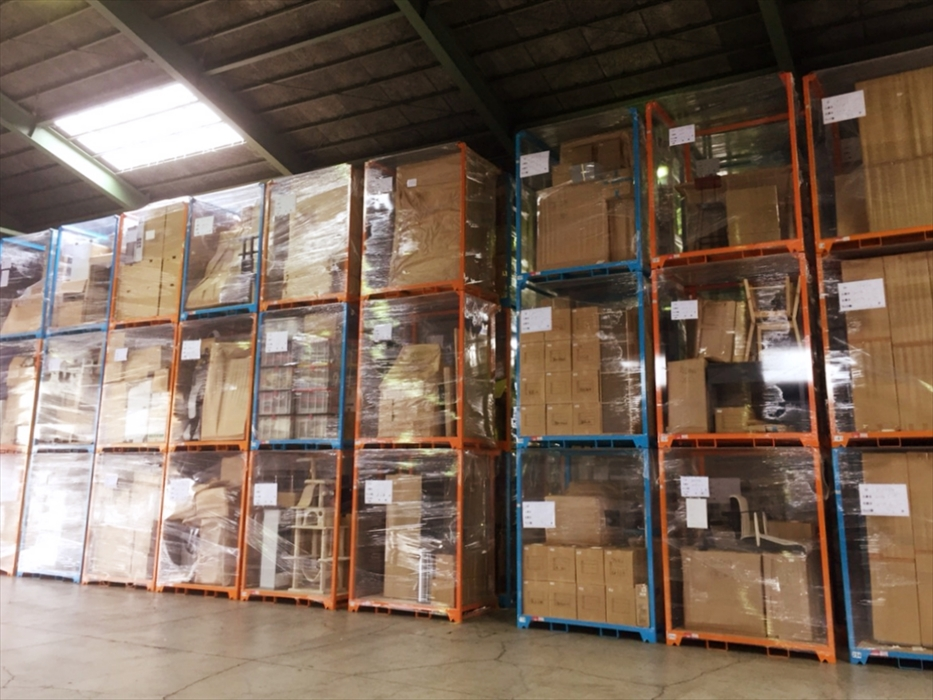 積み上げられた沢山の保管ラックのある倉庫