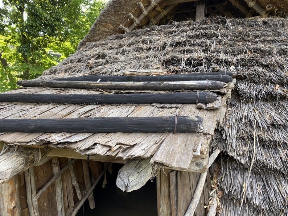 竪穴住居の入り口の屋根
