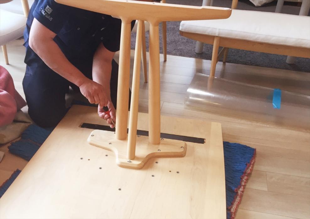 カリモクダイニングテーブルの組立作業