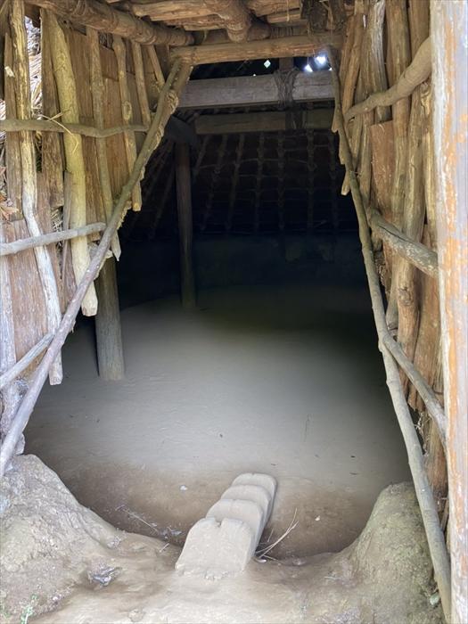 竪穴住居の入り口にある階段