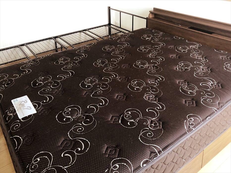 吊り上げた東京ベッドのマットレス