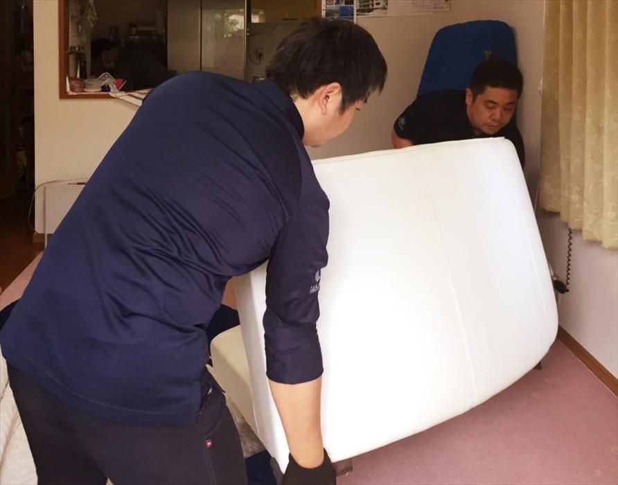 ソファを部屋に設置するスタッフ