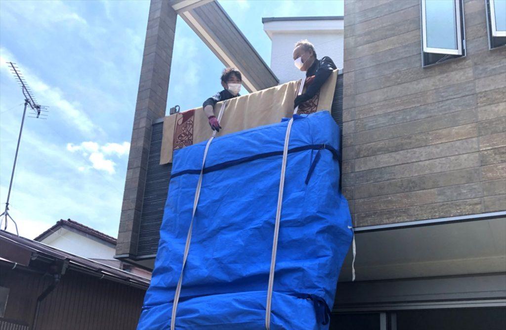 ベッドマットレスの吊り上げ作業