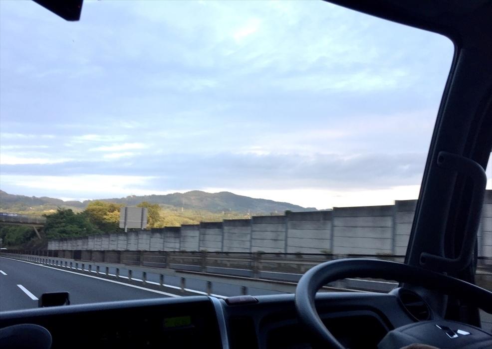 トラックから見える景色の写真