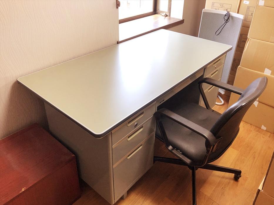 洗浄したデスクと椅子の設置