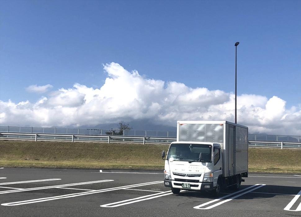 保管した荷物を運ぶ途中の自社トラック