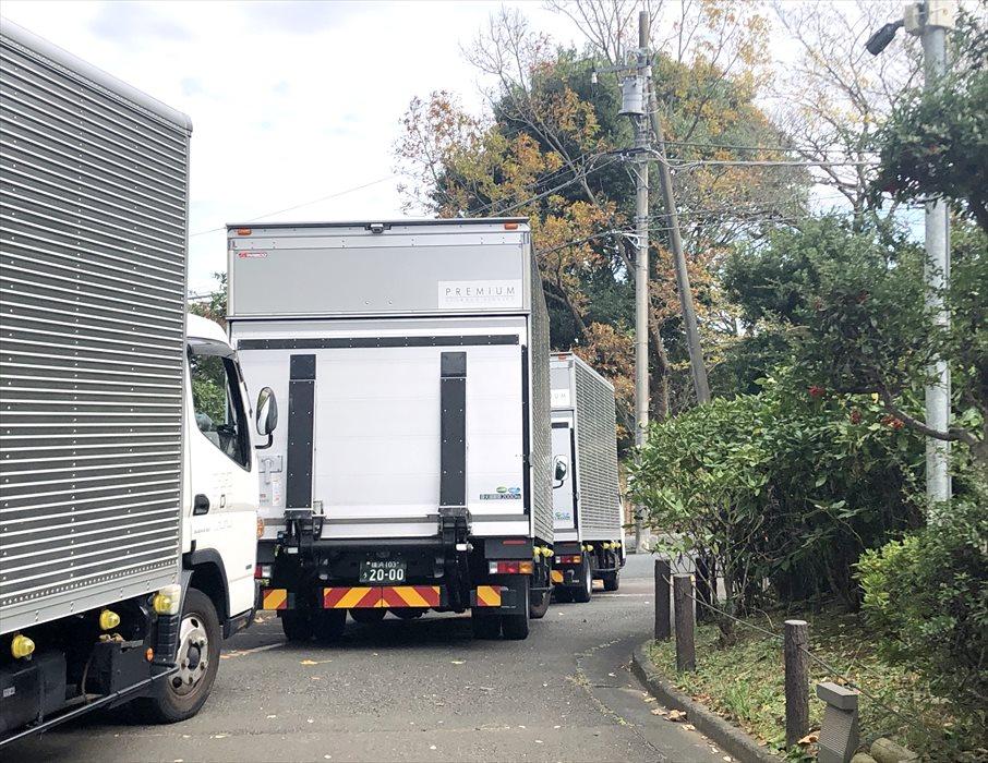 3台連なる自社トラック