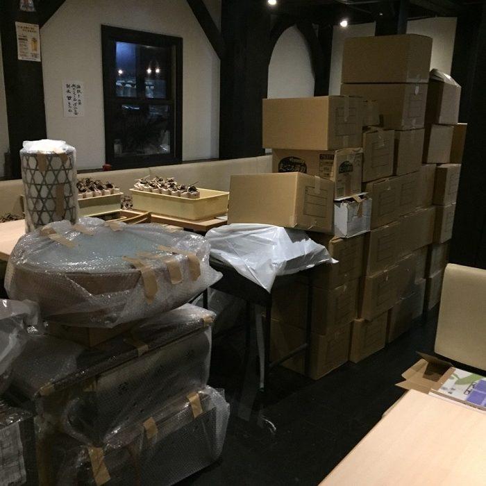 店舗内に積み上げられた荷物