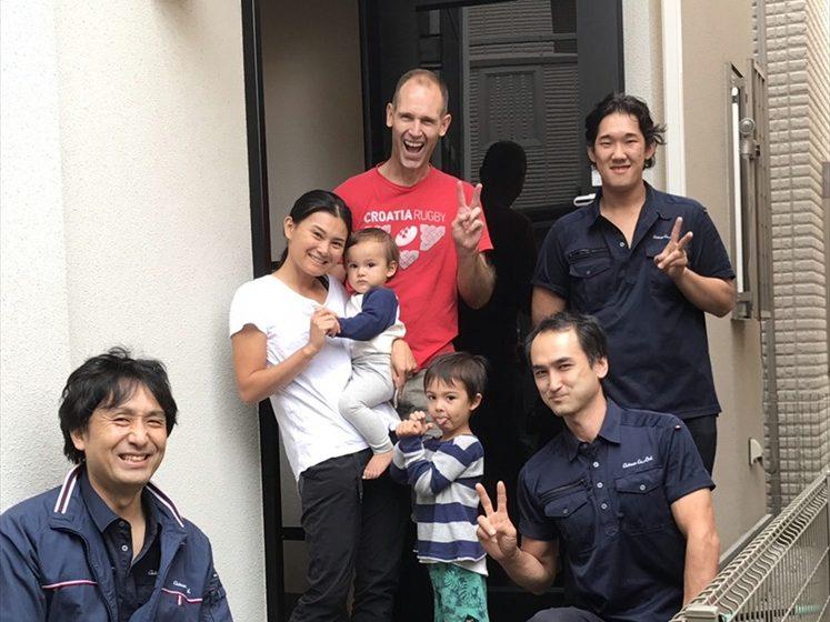 ご新築一戸建ての住み替え引越完了後のお客様と撮影した記念写真