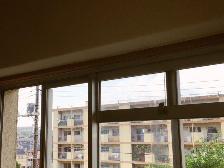 カーテンレールのついていない部屋の窓