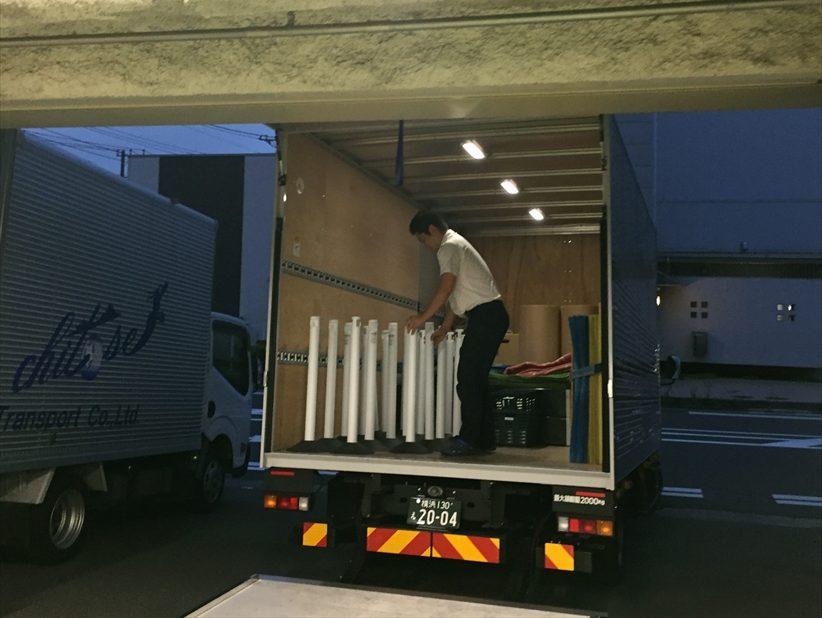 養生資材をトラックに積むスタッフ