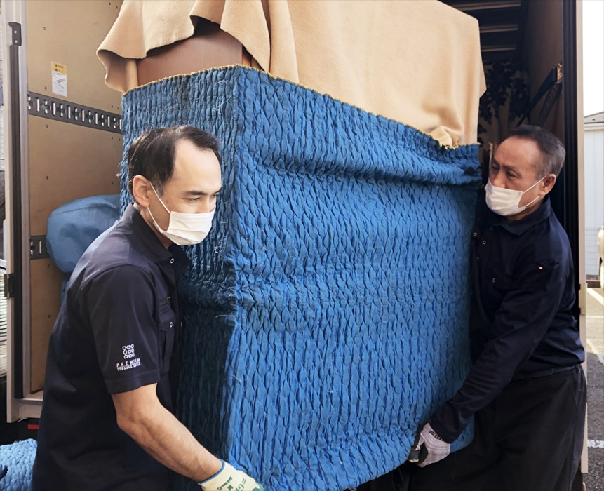家具を運び入れるスタッフ