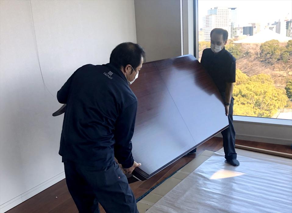 ドレクセルヘリテージ家具を保管用に梱包するスタッフ