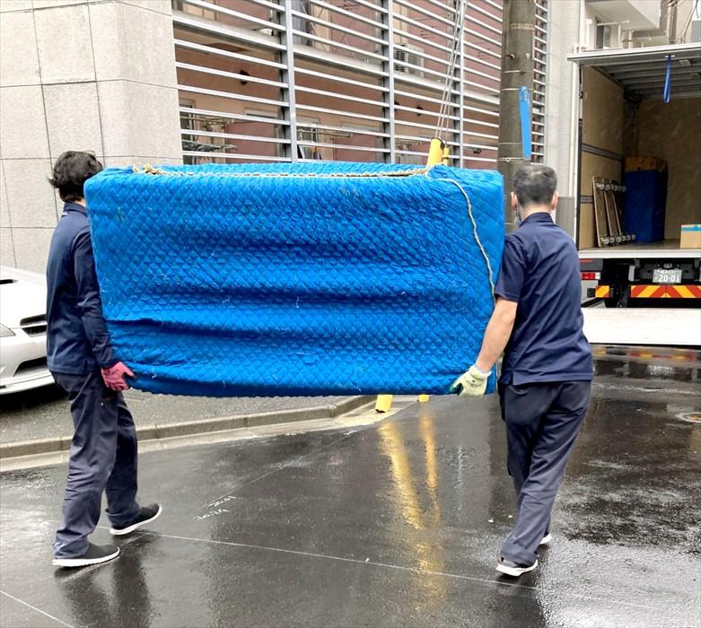 家具を運び出しトラックに載せるスタッフ