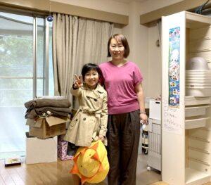 リフォームを伴う一戸建て2.3階の荷物保管サービスご利用のお客様と運び出し完了後の記念写真.1